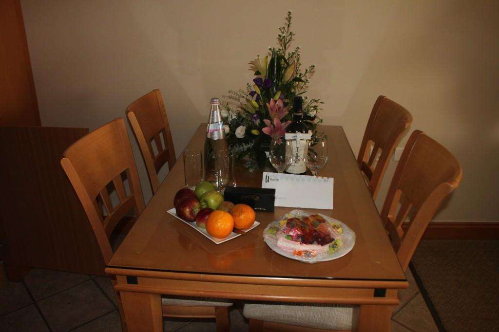 יין, פירות, ממתקים ושוקולד