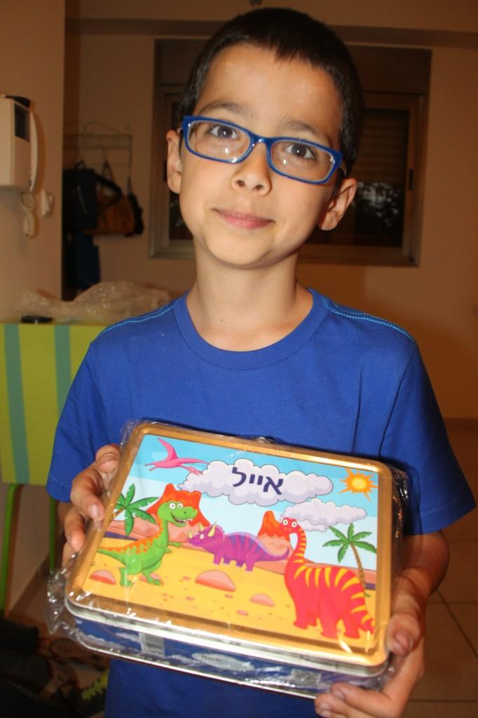אייל עם קופסת האוספים שלו