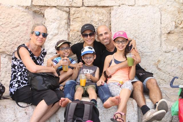 תמונה משפחתית ליד שער יפו