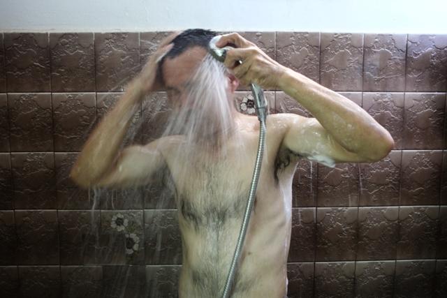 שוטף את תלעות היום. צילום: אסף פרידמן