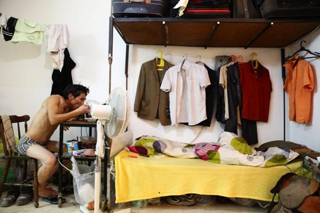 """המיטה, """"חדר הארונות"""" ושולחן האוכל, הכל באותה פינה. צילום: אסף פרידמן"""